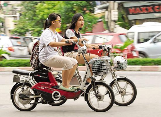 Xe đạp điện là phương tiện được các học sinh yêu mến .